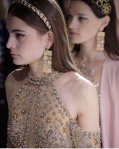 WEBSTA @ fashionistaoverdose - Alta Costura ✨ Obra de Arte...#altacostura #vestido #vestidos #statement #vestidodefesta #fashion #moda #modafeminina #modablogueira #modaparameninas #modaparamulheres #princesa #bordados #gown #gowns #statementdress #glitter #bordado #vestidodeluxo #vestidobordado #glamour #luxo #luxury  #luxurydress #vestidododia #dressoftheday #sparkle