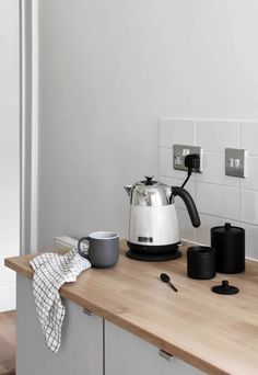 I test out Kenwood's brand-new 'Mesmerine' toaster and kettle - proof that functional kitchen appliances can also be stylish! Espresso Kitchen Cabinets, Grey Cabinets, Small Galley Kitchens, Small Kitchen Appliances, Easy Like Sunday Morning, Red Dot Design, Fourth Wall, Functional Kitchen, Breakfast In Bed