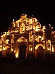 Éste es el catedral de Santiago en antigua Guatemala y es hermosa en la noche
