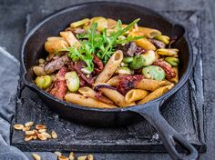 Achtung, Pasta Deluxe! Wenn Rinderfilet und Penne aufeinandertreffen, bleiben wir sprachlos zurück. Rucola, Tomaten und Pinienkerne runden dabei das Rezept ab und versprechen vollen Genuss.