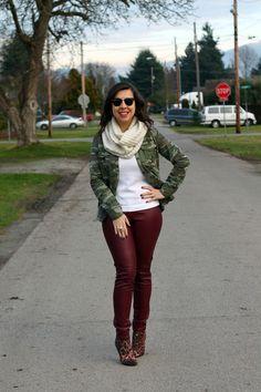 Frio com mix de estampas: jaqueta camuflada + bota de onça (+ suéter + calça de couro fake + cachecol)