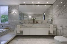 Foto: Reprodução / Gláucia Britto Double Vanity, Alcove, Bathtub, Bathroom, Modern Bathrooms, Design Ideas, Flower Arrangements, Houses, Standing Bath