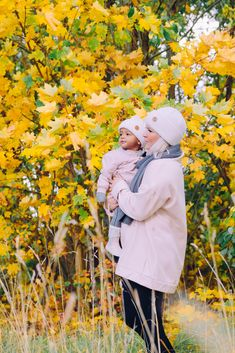 Mommy and me look. Girl and her Mom white and blush beanie look for fall and spring. Grey, white and pink outdoor look for women with a beanie. Casual Fall Outfits, Spring Outfits, Beanie Outfit, In Patagonia, Mommy And Me, Looking For Women, Warm And Cozy, Sustainable Fashion, Merino Wool