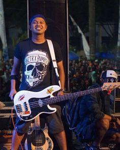 Reposting @ghoizter: Postingan pertama di 2018 guys . @azye_punktadewa feat Ghoizter collabs edition . Sukses terus buat @azye_punktadewa @berteriaklantank Harapannya pasti semoga 2018 ini menjadi tahun yg lebih baik dari sebelumnya . Tunggu katalog baru kami di tahun baru ini guys #newyears #theshow #guitaris #berteriaklantank #ghoizter #cloth #merch #stage #event #music #indonesia #skull #shirt #blackwhite #cool #premium