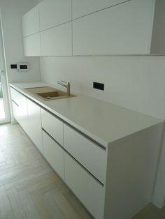 Moderne greeploze witte designkeuken van #dankuchen met #miele apparatuur.