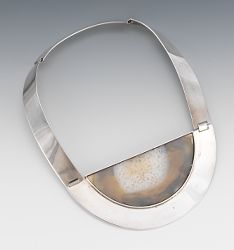 Necklace | Mary Ann Scherr.  Sterling silver and Agate