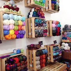 18 Super Ideas For Knitting Yarn Storage Display Yarn Storage, Craft Room Storage, Craft Rooms, Knitting Room, Knitting Yarn, Knitting Needles, Yarn Display, Yarn Organization, Organizing