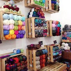 18 Super Ideas For Knitting Yarn Storage Display Yarn Storage, Craft Room Storage, Craft Rooms, Knitting Room, Knitting Yarn, Knitting Needles, Yarn Display, Craft Shed, Diy Rangement