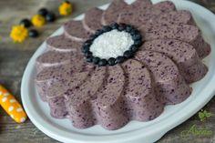 Am zis sa profit de putinele afine care se mai gasesc prin piata, asa ca am facut un tort cu afine si nuci braziliene :)