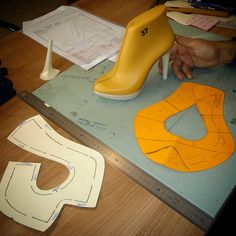 Make Your Own Shoes, How To Make Shoes, Doll Clothes Patterns, Clothing Patterns, Shoe Last, Shoe Pattern, Huaraches, Leather Working, Leather Shoes