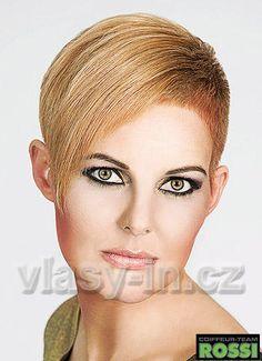 Rafinovaný střih krátkých vlasů, na boku vystříhaných