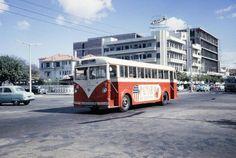 Um machimbombo percorre a Avenida da República no cruzamento com a Avenida Dom Luís, 1961. Atrás, vêem-se o Standard Bank, a Casa Coimbra e o futuro BNU Maputo, Colonial, Africa, Terra, City, World, Places, Old Pictures, Tourism