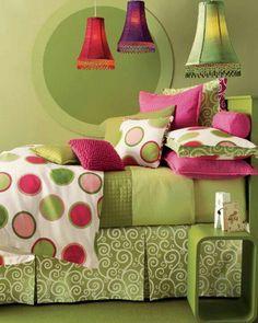 Decoração do quarto bastante colorido, mas com o verde como a cor mais predominante.
