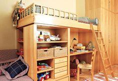 Lembrando degraus, os móveis deste quarto têm alturas diferentes. A cama alta fica um nível abaixo do microssofá, sob o qual está a bicama. Como todos os espaços foram bem aproveitados, embaixo da cama alta foram dispostos a bancada de estudos, prateleiras e gaveteiros. Indicado para crianças com mais de 7 anos