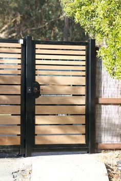 Bewitching Modern front yard fence ideas,Backyard fence latch and Wooden fence cost. Side Gates, Front Gates, Front Yard Fence, Small Fence, Horizontal Fence, Tor Design, Gate Design, Driveway Entrance, Entrance Gates