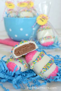 Nutella Cream Eggs - Nutella, white chocolate, and sprinkles. I'm not a fan of egg and bunny Easter decor but I am a fan of Nutella. Easter Candy, Easter Treats, Easter Eggs, Easter Food, Easter Decor, Easter Recipes, Easter Desserts, Creamed Eggs, Homemade Candies