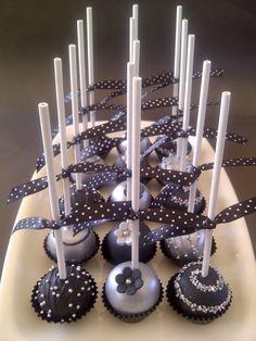 Zwarte & zilveren cakepops | Meer tips: http://www.jouwwoonidee.nl/cakepops-maken/