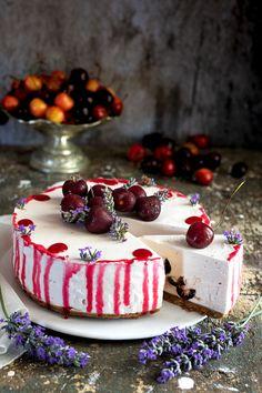 La torta fredda allo yogurt è un dolce fresco e deliziosocon una base di biscotto croccante perfetto da servire nelle calde giornate estive Food Pictures, Food Pics, Biscotti, Cheesecake, Panna Cotta, Raspberry, Cream, Ethnic Recipes, Sweet