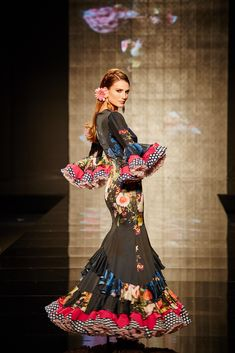 How beautiful this dress is Couture Mode, Couture Fashion, Hijab Fashion, Flamenco Costume, Flamenco Dancers, Flamenco Dresses, Spanish Dress, Spanish Style, Gypsy