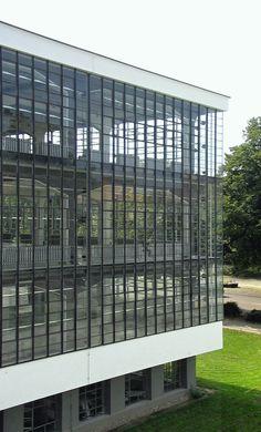 Bauhaus-Dessau Werkstätten - カーテンウォール - Wikipedia