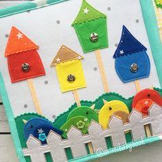 Страница «Скворечники». Это еще один вариант изучения основных цветов: желтый, красный, синий и зеленый. Задача для малыша - подобрать для каждой птички подходящий скворечник, а заодно потренировать ловкость рук, пряча птичек за заборчик и прикрепляя их на кнопки к выбранному домику. Выбор на такой вариант крепления пал только потому что в книге уже было достаточно липучек. Но по желанию можно заменить на другой вариант, в том числе и на вшитые магниты. Стоимость - 600₽. Рекомендуе...