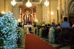 Hermosas Cascadas de flores que enmarcan el pasillo de tan hermoso momento., desde Feztiva.com