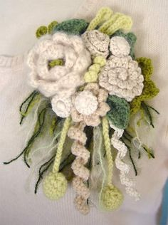crochet flower brooch. Mode Crochet, Crochet Art, Knit Or Crochet, Crochet Motif, Crochet Crafts, Crochet Projects, Crochet Leaves, Crochet Bouquet, Crochet Brooch