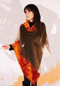 Elegante poncho in organza trasparente in tinta unita color arancione, con inserti laterali in velluto cangiante