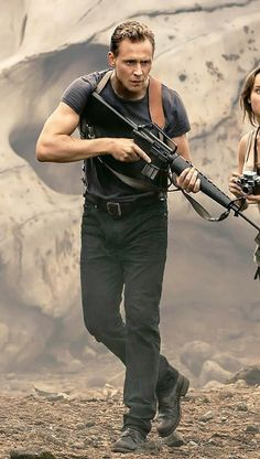 Tom Hiddleston carrying an M16 is so sexy I left the theatre with wet panties!