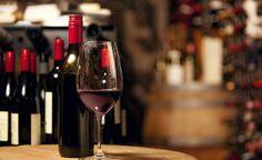 Tomado con moderación y acompañando a las comidas, el vino resulta saludable para el organismo. Numerosos estudios demuestran que esta bebida tradicional puede reducir el riesgo de enfermedades cardiovasculares y contribuye a retrasar el envejecimiento.