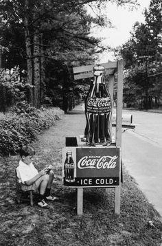 Alfred Eisenstaedt - Little Boy Selling Coca Cola at Roadside, Atlanta, GA, 1936. S)