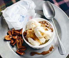 Koka ihop smör, muscovadosocker och grädde till en ljuvlig kolasås smaksatt med pekannötter och flingsalt. Fantastiskt gott i all enkelhet till vaniljglass. För inget går väl upp mot sött och salt ihop! Pekannötterna kan bytas mot salta jordnötter om man så önskar.