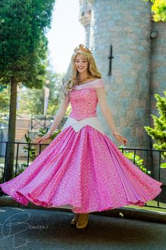 Disney Cosplay The dress twirl - love the pink! Disney Magic, Disney Love, Aurora Disney, Disney Cast, Sleeping Beauty Cosplay, Disney Sleeping Beauty, Disney World Characters, Walt Disney World, Costume Carnaval