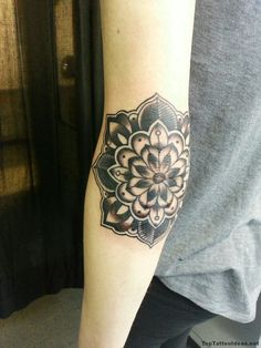 How much does a elbow tattoo hurt? We have elbow tattoo ideas, designs, pain placement, and we have costs and prices of the tattoo. Armbeugen Tattoos, Tattoo Platzierung, Flor Tattoo, Tattoo Hurt, Tattoo Pain, Black Ink Tattoos, Lace Tattoo, Music Tattoos, Trendy Tattoos