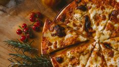 Έχετε όρεξη για καλοψημένη, νόστιμη και ζουμερήπίτσα; Σας έχουμε ετοιμάσει μία λίστα με6 μαγαζιάγια να Low Carb Pizza, How To Make Pizza, Pizza Hut, Pizza Dough, Pizza Pictures, Pizza Maker, Best Italian Recipes, Italian Foods, Cake