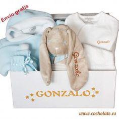 Cesta regalo de bebé con ropa para bebé personalizada y muñeco de peluche. Newborn Baby Gifts, Personalized Baby, Stuffed Toys, Gift Shops, Personalized Gifts