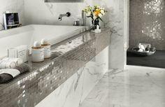 bad fliesen silber edel mosaik glitzer marmor badewanne blumen accessoires