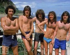 AC/DC en trajes de baño, 1985