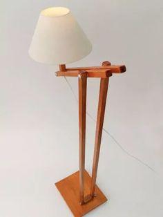 luminária de chão articulada em madeira