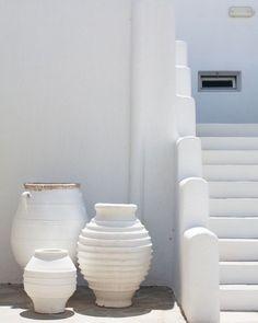Capture via @Pinterest Interior Styling, Interior Decorating, White Heaven, Mykonos Hotels, Greek Pottery, Vase Design, Style Japonais, Boho Stil, White Texture