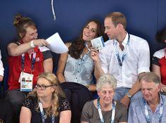 Am Montag fächerte William seiner Kate verspielt etwas Luft zu. | Kate hüpft in High-Heels und vergnügt sich mit den Prinzen | POPSUGAR Deutschland Stars