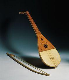 *Fídula. Instrumento medieval de cuerda frotada con cuerpo oval o elíptico, tapa armónica plana y clavijeros normalmente en forma de disco.
