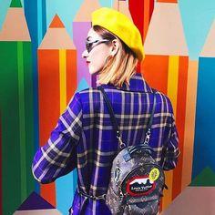 El estilo de @mirandamakaroff definitivamente  inspira agregar color y personalidad a cualquier outfit  #FreshRevista