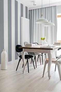 Z kolei w jadalni bohaterem pierwszego planu stał się duży stół z nogami w ludwikowskim stylu. Do niego swobodnie dobrano różne modele i kolory krzeseł.
