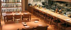 main_haguWine Bar HAGU ワインバー・ハグ (日本) 静岡県にあるHAGUは地元の料理とワインを提供するレストランです。従来のワインバーのイメージを変えるような明るい店内が印象的です。ナチュラルなイメージを基調としたインテリアは清潔感があり、上品で落ち着きのある空間です。座面が広くゆったりとしたHIROSHIMAアームチェアと、包み込まれるようなRoundishチェアに寛ぎながら、こだわりの食事とワイン、そしておしゃべりを楽しむお客様の様子が思わず目に浮かびます。 実際に使用してみていかがですか? 長時間座っていても体が楽です。店舗用としてもシーンに応じて雰囲気を出す事が出来、世界観を演出しやすいです。
