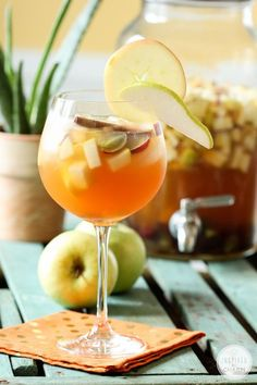 Delicious Apple Cider Sangria #fall #cocktail #recipe #applecider #sangria #apple #fallcocktail Fall Cocktails, Cocktail Drinks, Cocktail Recipes, Alcoholic Drinks, Fall Drinks, Mojito, Apple Cider Sangria, In Vino Veritas, Party Drinks