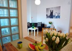 """Apartamento en Berlín, Alemania. Cosy apartment (56 m2) with loft-character right in the middle of """"Berlin Mitte"""". Located next to the """"Hackesche Markt"""" and surrounded by fancy shops and trendy bars. Nevertheless a quiet apartment (away from the street). Nice loggia and WLAN.  Ve..."""