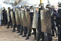 Nach Beginn der Räumung kam es zu Zusammenstößen mit der Polizei. Steine flogen,...