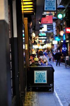 MELTours. Bustling cafe laneway, Melbourne. Photo © 2011 Adrian Lagniton