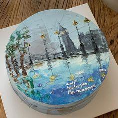 """코이크 on Instagram: """"비오는 영국 런던의 거리를 주제로 주문 해주셨어요 : ) 즐거운 작업 하게 주문 해주셔서 감사해요! / 오늘주터 본격 장마 인가 봅니다 - 오늘 매장은 2시에 오픈해요! 채널 상담은 오늘 2시 이후 순차적으로 도와드릴게요! 이따가뵐게요 💙"""" Pretty Birthday Cakes, Pretty Cakes, Beautiful Cakes, Amazing Cakes, Cake Birthday, Korean Cake, Painted Cakes, Cute Desserts, Just Cakes"""